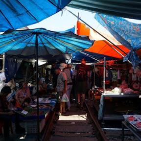 【世界の市場】現役の線路の上に商品が!バンコク近郊にある世にも珍しいメークロン市場の実態