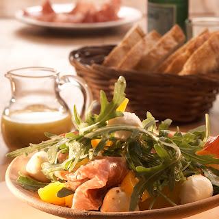 Rucolasalat mit Nektarinen, Salami und Mozzarella