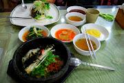 Photo: Dolsot bibimbap (bibimbap aneb rýže se zeleninou v rozžhavené nádobě)