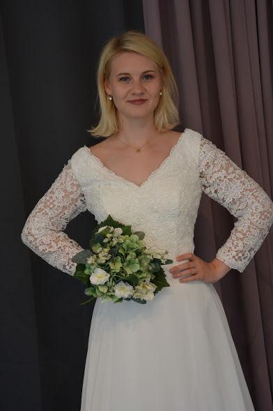 Brudklänning med grov spets upptill med ärm och chiffongkjol