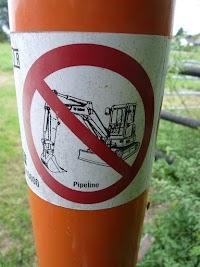 Pfahl mit Warnhinweis: Nicht baggern.