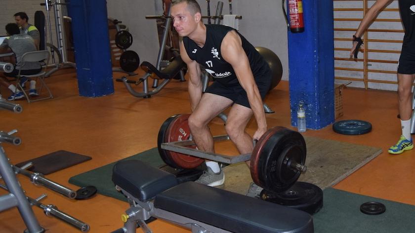 Levantando peso para fortalecer su brazo ejecutor.