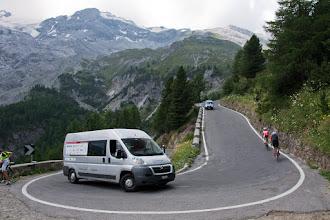 Photo: Rowerzystów na podjeździe bardzo wielu. Ale i samochodów niemało. W końcu droga udostępniona bez opłat dla ruchu kołowego.
