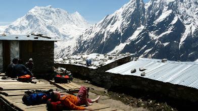 Photo: Ausspannen in Dharamsale, in der Sonne ist es auch auf 4.500 m Höhe angenehm
