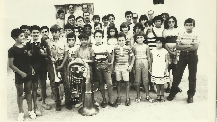 Niños y maestros  de la Academia de Música La Mezquita, fundada en 1983, en una imagen del verano de ese mismo año en Alboloduy.