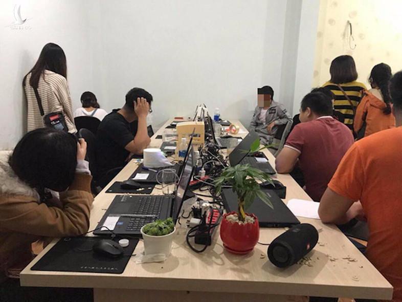 Nhóm người Trung Quốc thuê người Việt Nam phục vụ các hoạt động phi pháp bị Công an quận Sơn Trà phát hiện xử lý - Ảnh: H.HOÀNG
