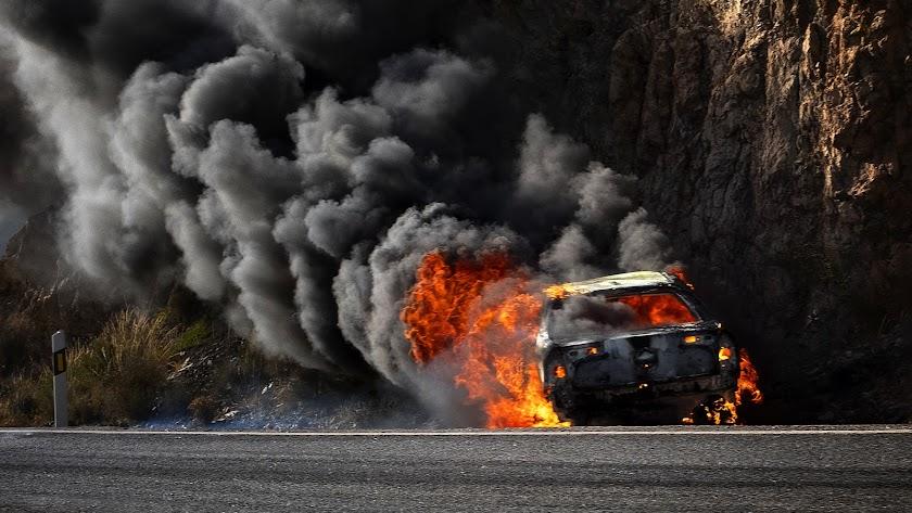 Un coche envuelto en llamas sorprendió ayer a los conductores.