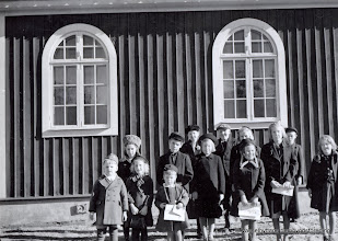 Photo: Missionshuset 1943 söndagsskolan. Bakre rad fr v Märtha säflund, Per-Erik Folkesson, Astrid Persson, Birgit Andersson, Stig Lundkvist Mellan raden fr v Inez persson Hagalund, Karl-Erik Rydberg, Vivan Björkman, Margareta Larsson Kullen, Barbro Andersson Främst fr v , Lennart Ryden, Barbro Sjösten, Leif Eriksson