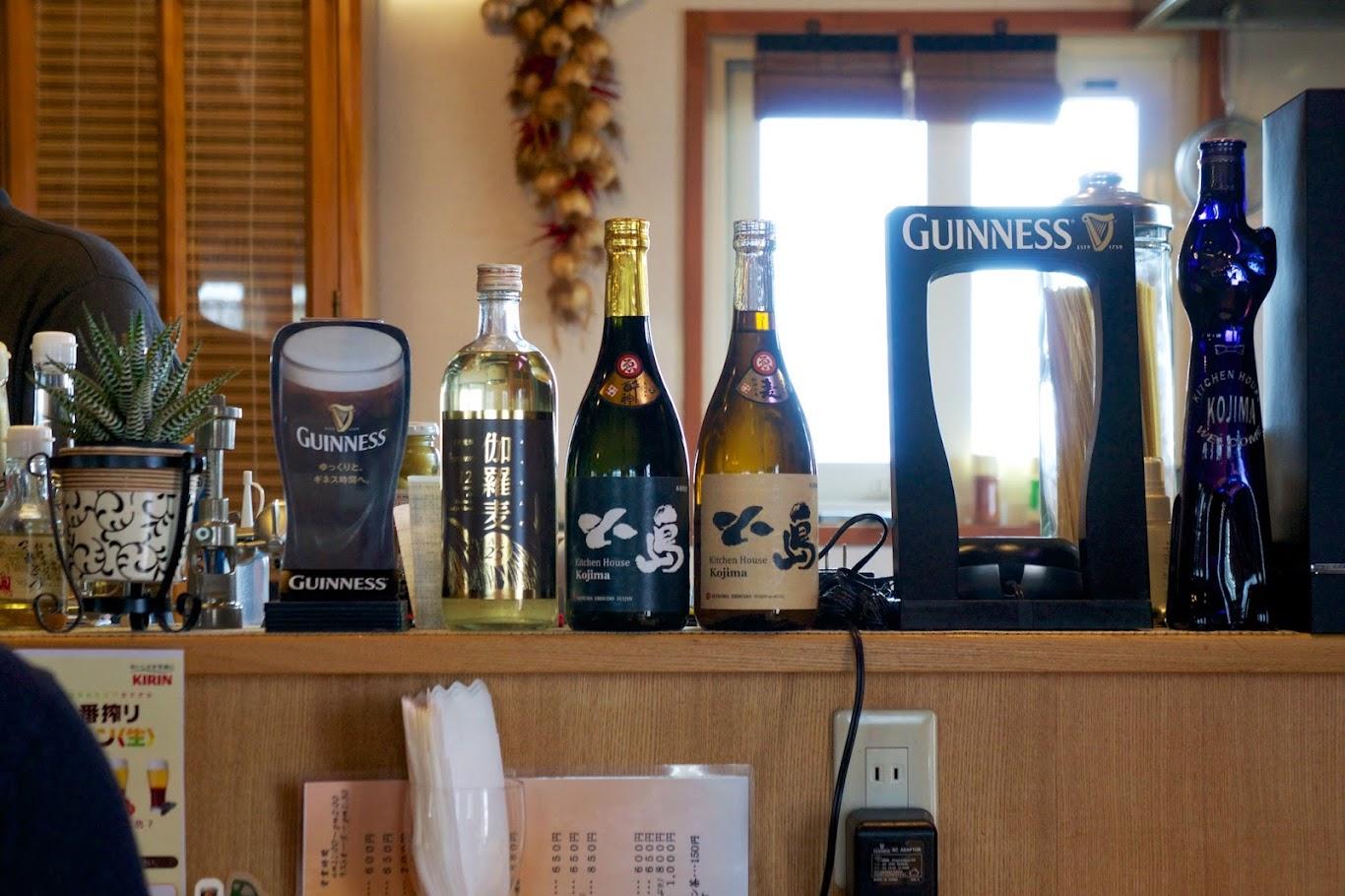 カウンターに並ぶ酒類