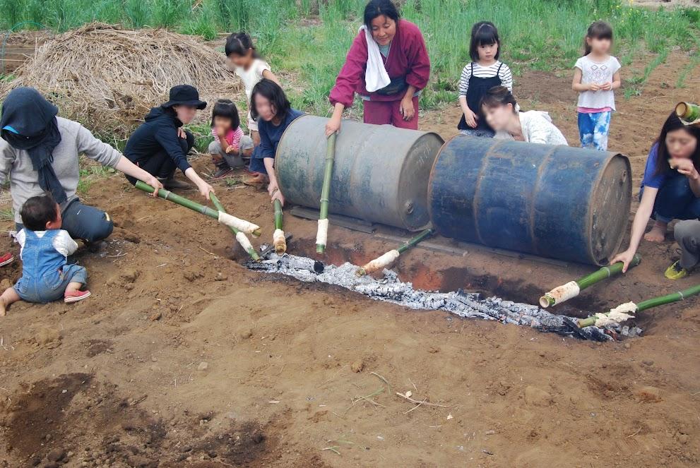 焼きパンスタートしました。竹の棒にパン生地を巻きつけて、焼きます。火の力を知ってほしいと毎年企画していますが、熱かったー。
