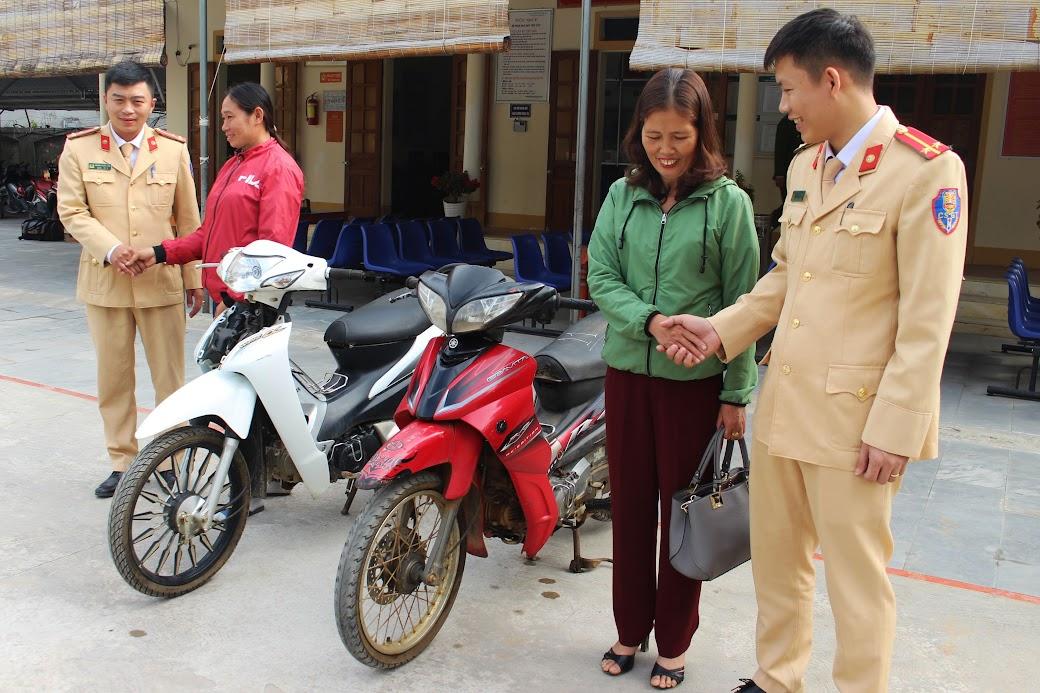 Cán bộ Công an huyện Quỳ Hợp trao trả xe máy cho bị hại