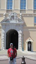 Photo: El Palacio del Príncipe de Mónaco, a veces conocido como Palacio Magnífico, es la residencia oficial del Príncipe de Mónaco. Originalmente fundada en 1191 como una fortaleza genovesa, durante su larga y a menudo dramática historia ha sido bombardeada y asediada por varios poderes foráneos. Desde finales del siglo XIII, ha sido la fortaleza de los Grimaldi familia que la capturó en 1297. Los Grimaldi reinaron primeramente el área como señores feudales, y desde el siglo XVII como príncipessoberanos, pero su poder fue a menudo obtenido por frágiles acuerdos con sus más grandes y fuertes vecinos