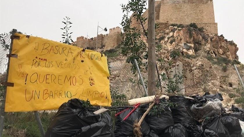 Acción vecinal contra la basura en torno a La Alcazaba.