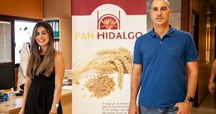 Gema y Rogelio Hidalgo en la sede de la empresa.