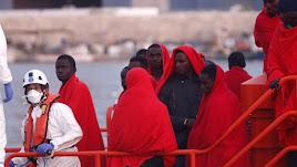 Los migrantes reciben una primera atención al llegar al Puerto de Almería.