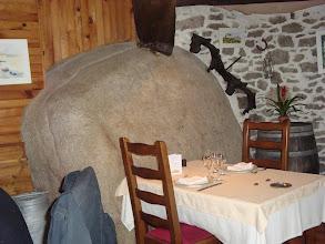 Photo: Roc de granit del Sidòbre dins el restaurant