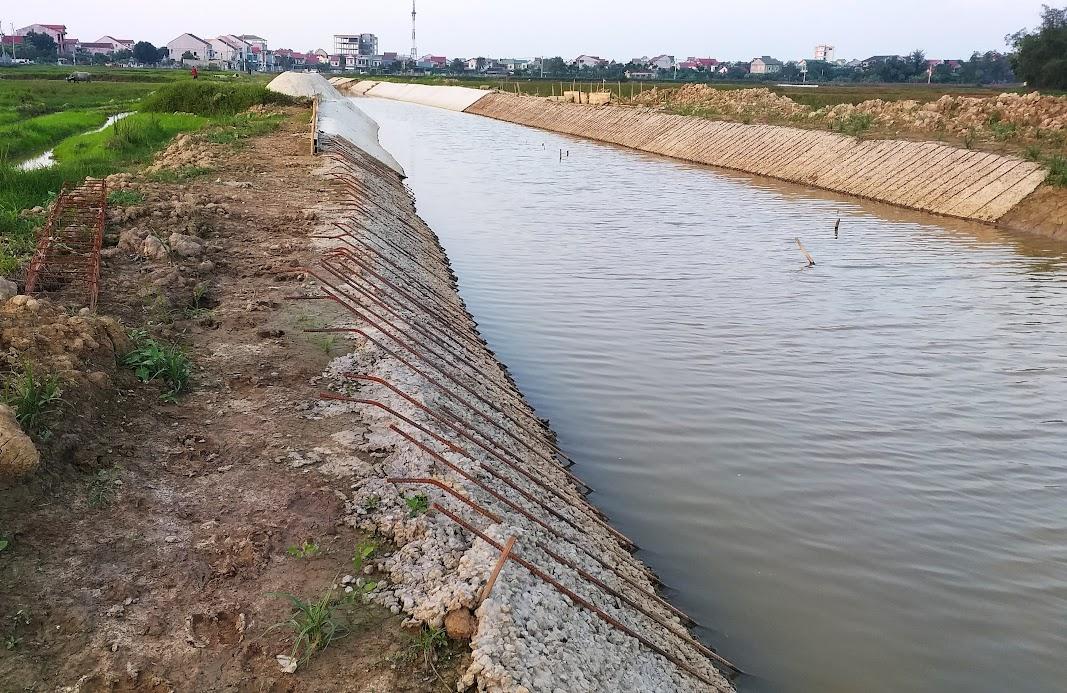 Dự án nâng cấp, sửa chữa kênh T4 đoạn qua thị trấn Hưng Nguyên đang thi công dở dang