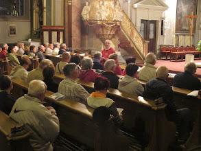 Photo: Rou2C11-151002Sibiu, homélie, Patrick au milieu du groupe, messe église de la Trinité IMG_8940