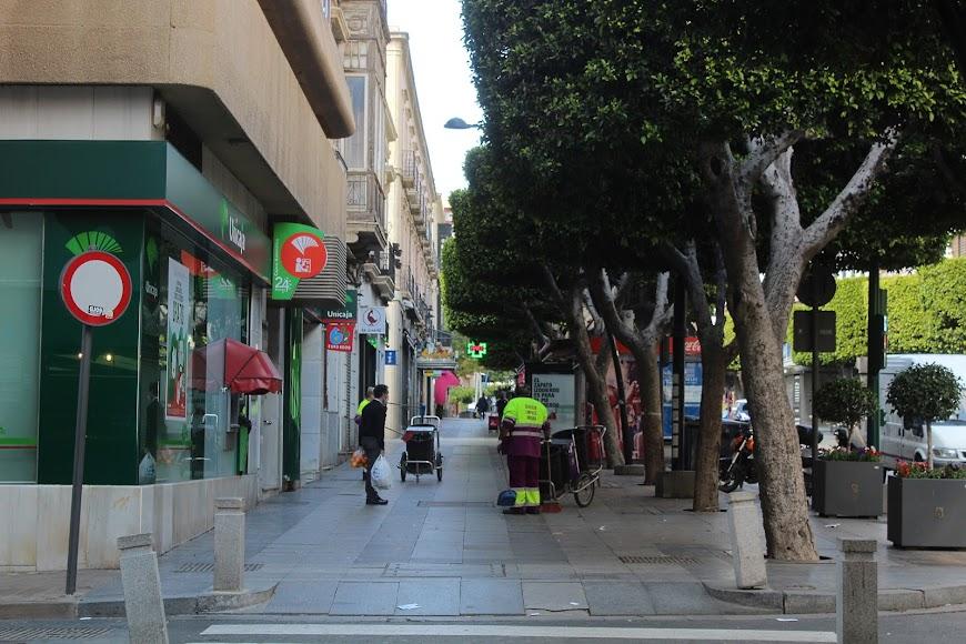 Limpiando el Paseo de Almería.
