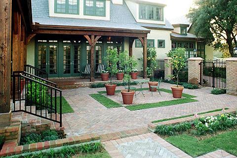 красивый дизайн маленького двора частного дома фото
