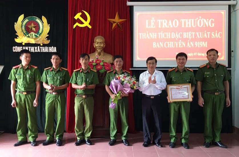 Đồng chí Phạm Chí Kiên, Phó Bí thư Thị ủy, Chủ tịch UBND TX Thái Hoà trao thưởng cho Công an thị xã và các lực lượng tham gia phá thành công Chuyên án 919M