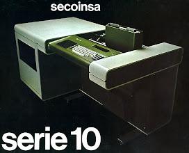 """Photo: Model 10/4 amb 4 disquets Shugart de 8"""". Introductor de Banda magnètica fet de fundiciò d'alumini.  Moble d'escuma de poliuretà d'alta densitat. Disseny Xavier Ricard  (1976) Va rebre un premi Delta ADI FAD"""