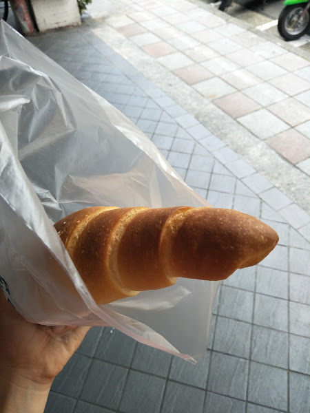 鹹可頌真的好好吃♡ 剛出爐熱熱的! 而且也算很大 鹹鹹的奶香萬歲 下次來想吃維也納軟法跟冰淇淋菠蘿!