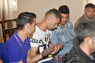 Photo: Az érdeklődő fiatalok a fúrásmintával