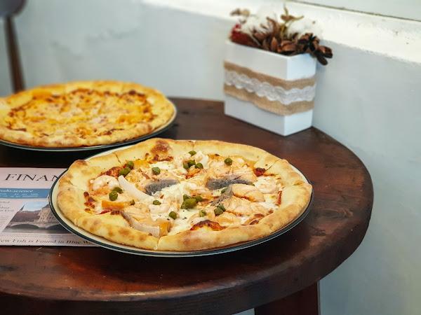 大塊鮭魚放進披薩裡,宛如家一般的手作披薩店-游李家   前金區