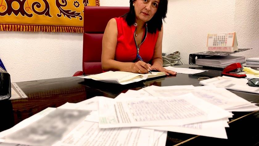 La alcadesa, Puri Sánchez, con los documentos con las firmas recogidas.