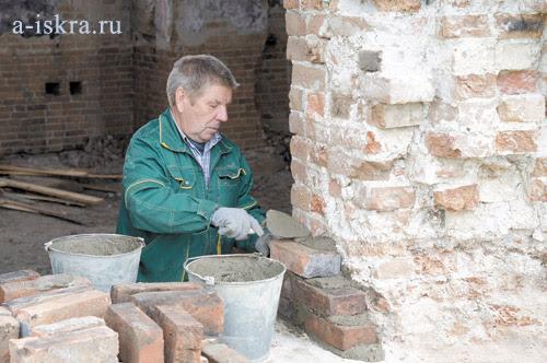 Николай Толстых здесь и каменщик и прораб