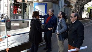 El concejal de Cultura y la presidenta de la Agrupación de Hermandades y Cofradías, comprobando el montaje del dispositivo.