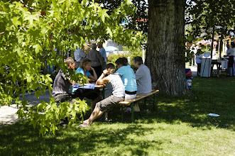 Photo: Besucher im Schatten unter alten  Bäumen