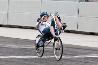 Photo: Handig, hij kan ónder het stuur doorkijken.