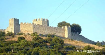 Photo: makedonische Burg bei Platamonas  Mit der Eroberung der griechischen Region Makedonien durch Griechenland im Ersten Balkankrieg verlor die im 13. Jht. erbaute Burg an strategischer Bedeutung und wurde vernachlässigt. Mittlerweile wird sie für Theaterdarstellungen, Musikkonzerte und andere kulturelle Ereignisse genutzt.