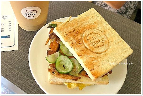 TANKO 炭烤三明治~有LOGO的土司。只要25元吃得到好市集的手工果醬吐司!大推肉蛋三明治。獨家菌菇三明治