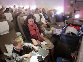 Photo: In dit vliegtuig zitten we 10 uur.Thomas slaapt voor ons in zijn 'bakje'.