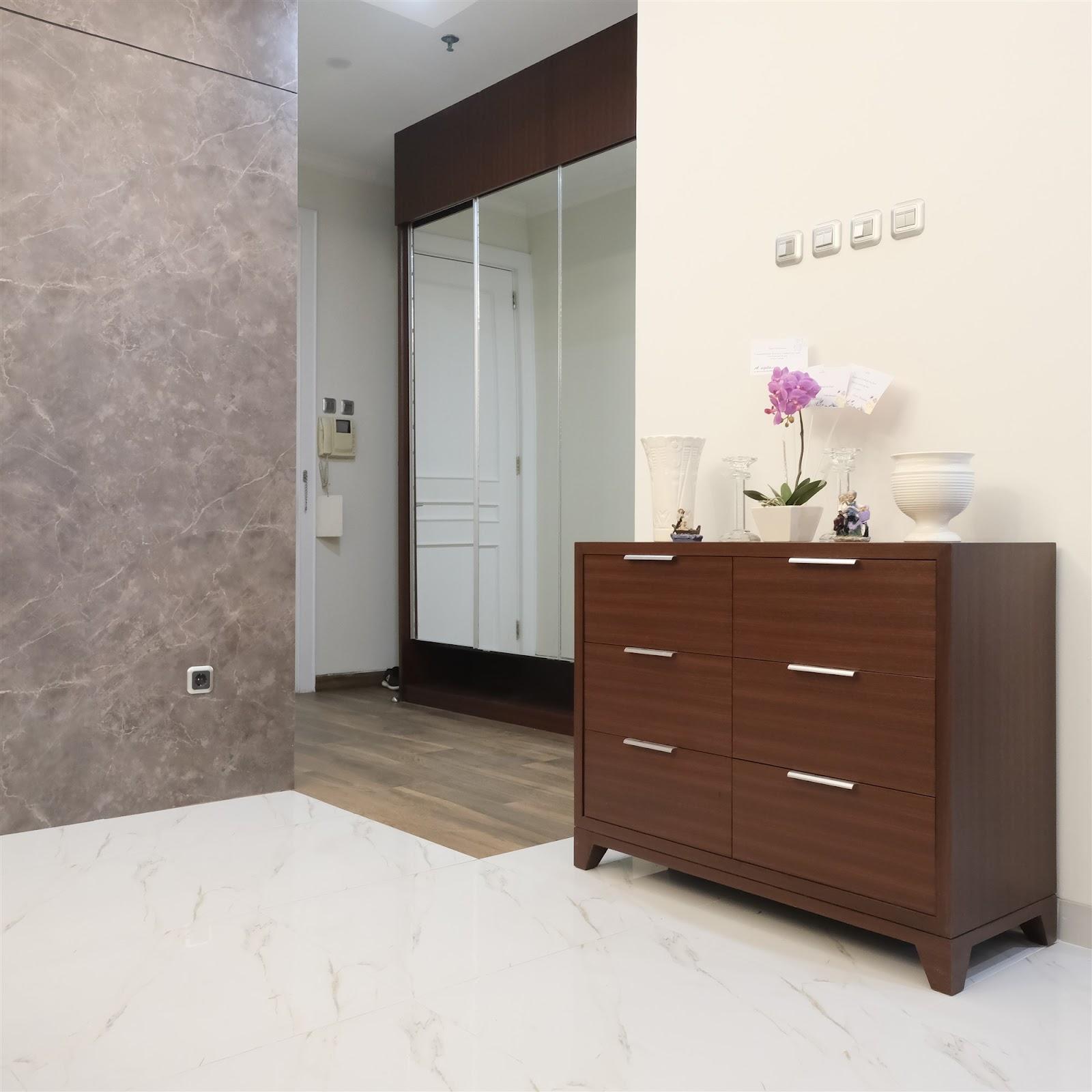 Meja laci sebagai furnitur multifungsi yang cocok diletakkan di bagian foyer rumah - source: Dok. Pribadi Narasi Design