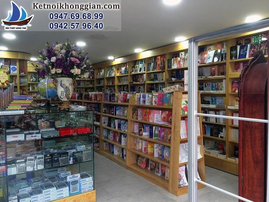 thiết kế nhà sách sinh động với bình hoa là điểm nhấn