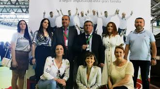 Equipo de Vicasol junto al cartel promocional de sus 40 años.