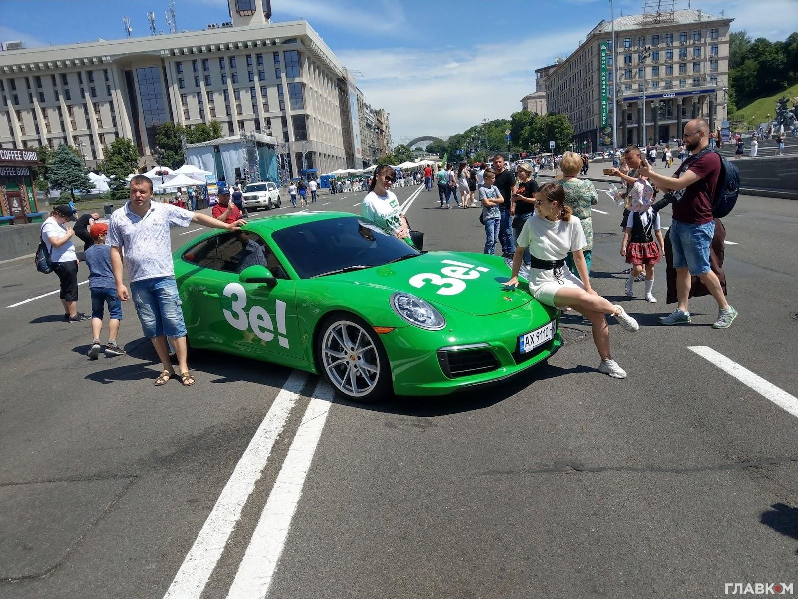 Українці навіть перефарбовують власні автомобілі у кольори провладної партії