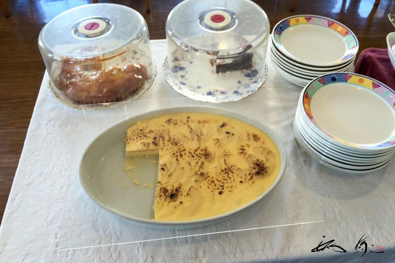 手作りケーキが並ぶ