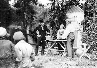 Photo: Vasselhyttans bygdegård 1935. Fr vänster Edvard Larsson, Greta Rydberg, Einar Vernersson