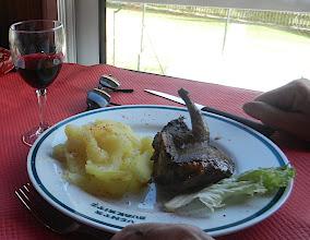 Photo: 14h05 voilà le résultat La palombe flambée au capucin est l'une des spécialités de Marie-Agnès, de la mi-octobre à début décembre. L'oiseau bleu est flambé « au gras de très bon jambon des fermes alentour : c'est capital ! », un xingar que Marie-Agnès laisse fondre donc dans un capucin rougi au-dessus des braises. La palombe cuit sur l'asador environ dix minutes et elle est servie à la goutte de sang