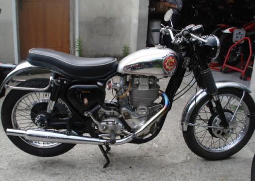 la-gold-star-dans-toute-sa-splendeur-presente-par-machines-et-moteurs-le-specialiste-des-motos-anglaises-classic