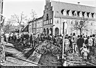 Photo: Auf dem Weg zur Währungs-, Wirtschafts- und Sozialunion zwischen der Bundesrepublik Deutschland und der DDR üben sich die Bürger der DDR in Geduld. Hier beim Schlangestehen vor der Sparkasse in Ludwigslust.