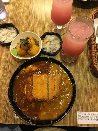 日式咖喱很好吃😋 豬排很好吃不乾又多汁