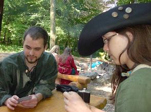 Photo: Dicky und Dionne beim Kartenspiel.