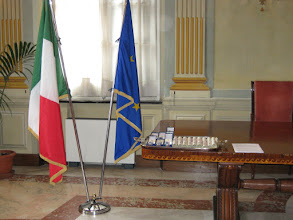 Photo: Il Salone della Camera di Commercio di Savona con le bandiere e le onorificenze ed i diplomi sul tavolo