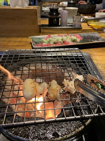 每次要訂乾杯都客滿,雖然不是頂級的燒肉,但現場的氣氛真的很棒,而且每種肉都有一定厚度了。這次吃的是牛五花、厚切牛舌、薄切鹽蔥、角切牛⋯,推薦想要輕鬆聚餐的人